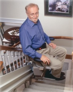 En mand på sin trappelift i hjemmet