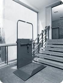 En handicaplift ved en trappe
